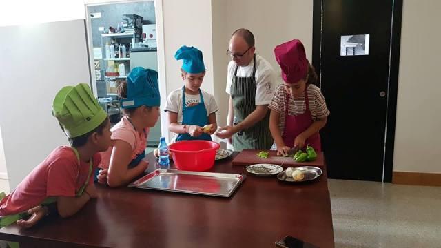 La cena solidaria preparada por los niños y niñas de El Pulpejo